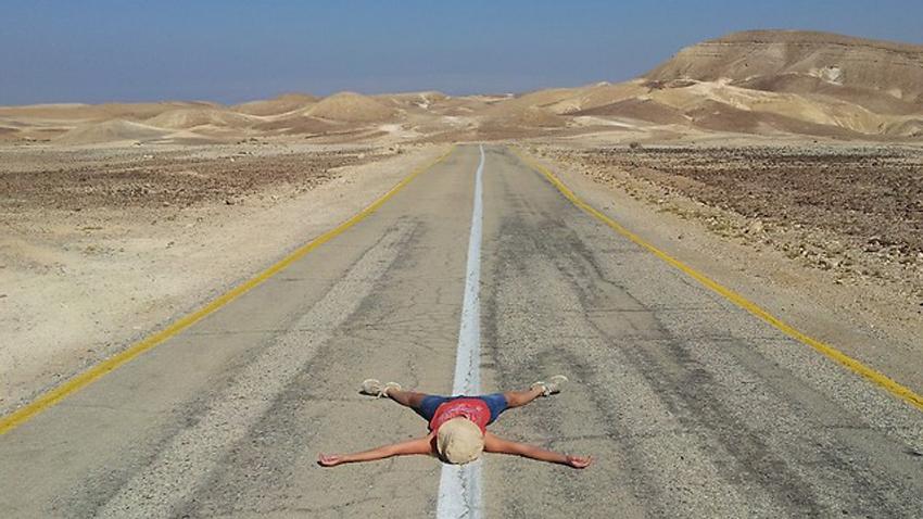 רק אתם והמדבר. כביש 3199 המוביל מערד למצדה(צילום: זיו ריינשטיין)